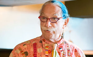 Alliant médecine, humour, écoute et compassion, Patch Adams est un précurseur de l'approche humaniste envers les patients. (Photo: Martine Larose)